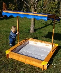 Kind im Lidl Sandkasten PlayTive Junior