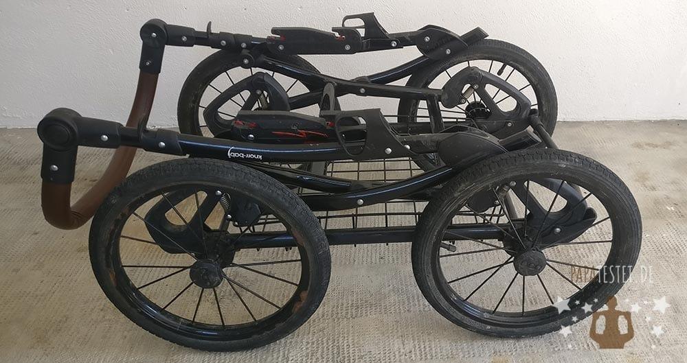 Der Knorr Classico Kinderwagen mit Räder zusammengeklappt