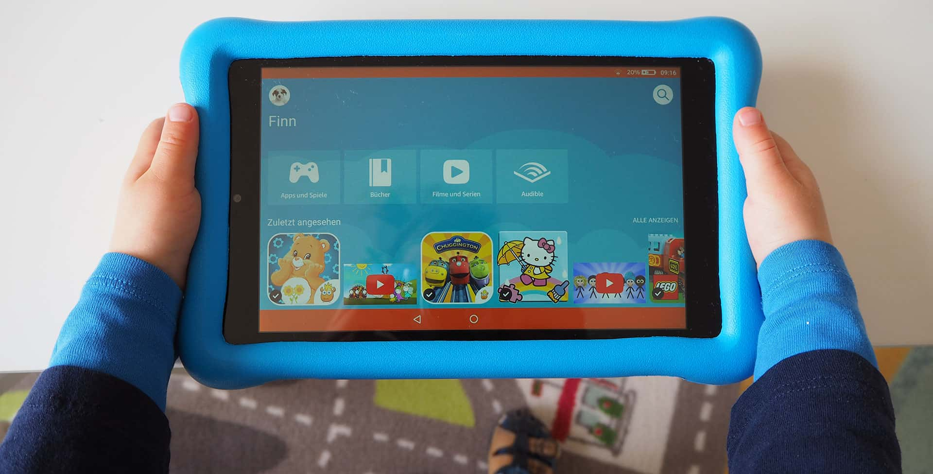 Das Amazon Fire HD 8 Kids Edition in der Hand eines Kind