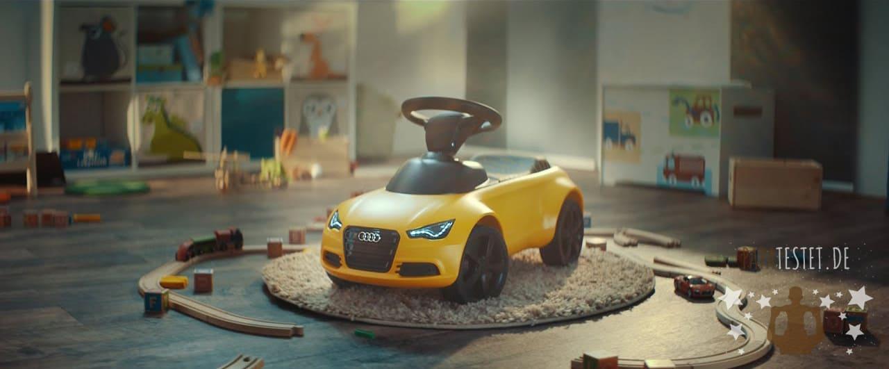 Ein gelbes Audi Bobby-Car im Kinderzimmer mit LED-Licht
