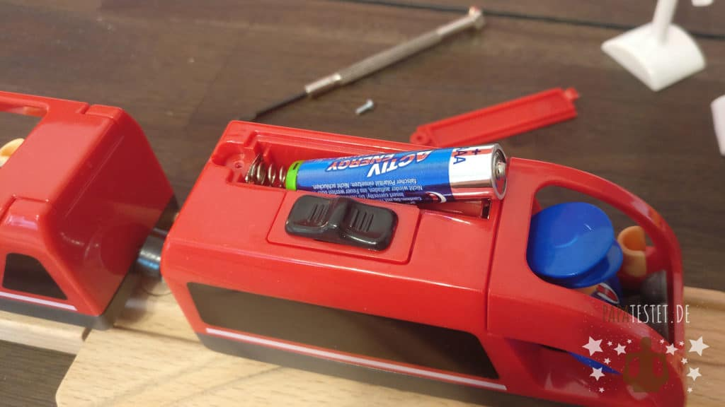 Holzeisenbahn Batterielok Batterie einlegen