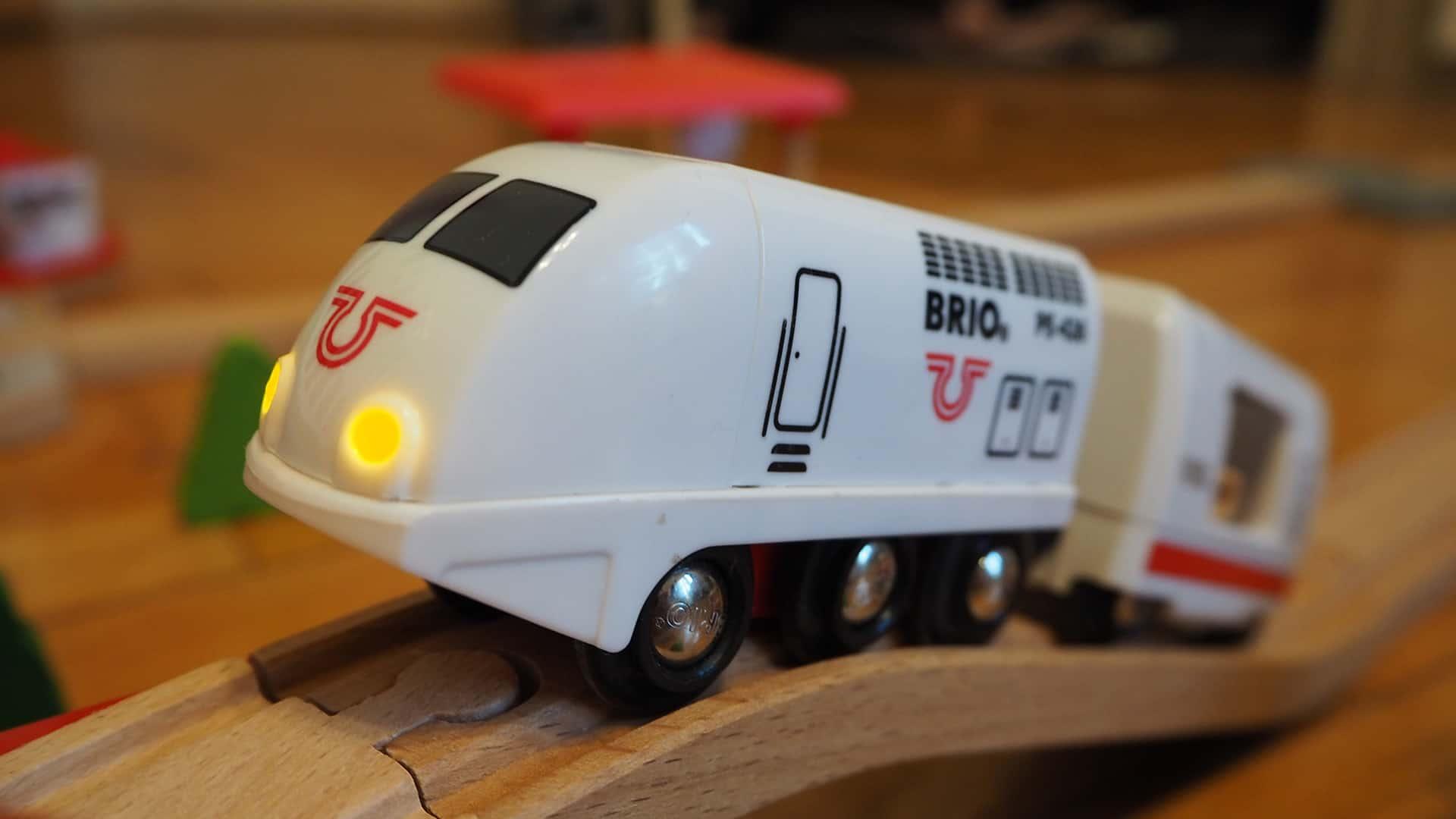 Eine weiße Batterielok für die Holzeisenbahn