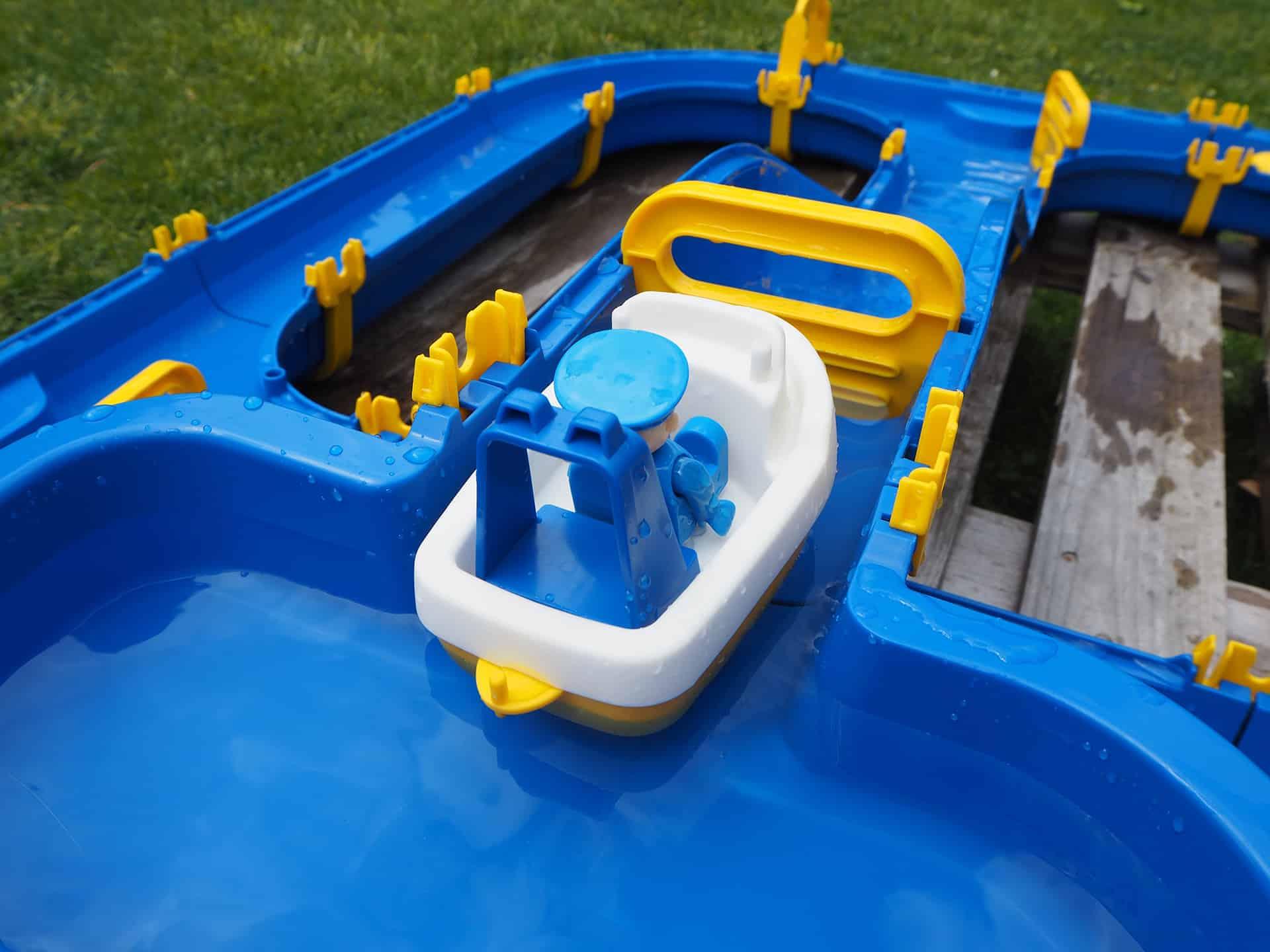 Boot in der Wasserschleuse
