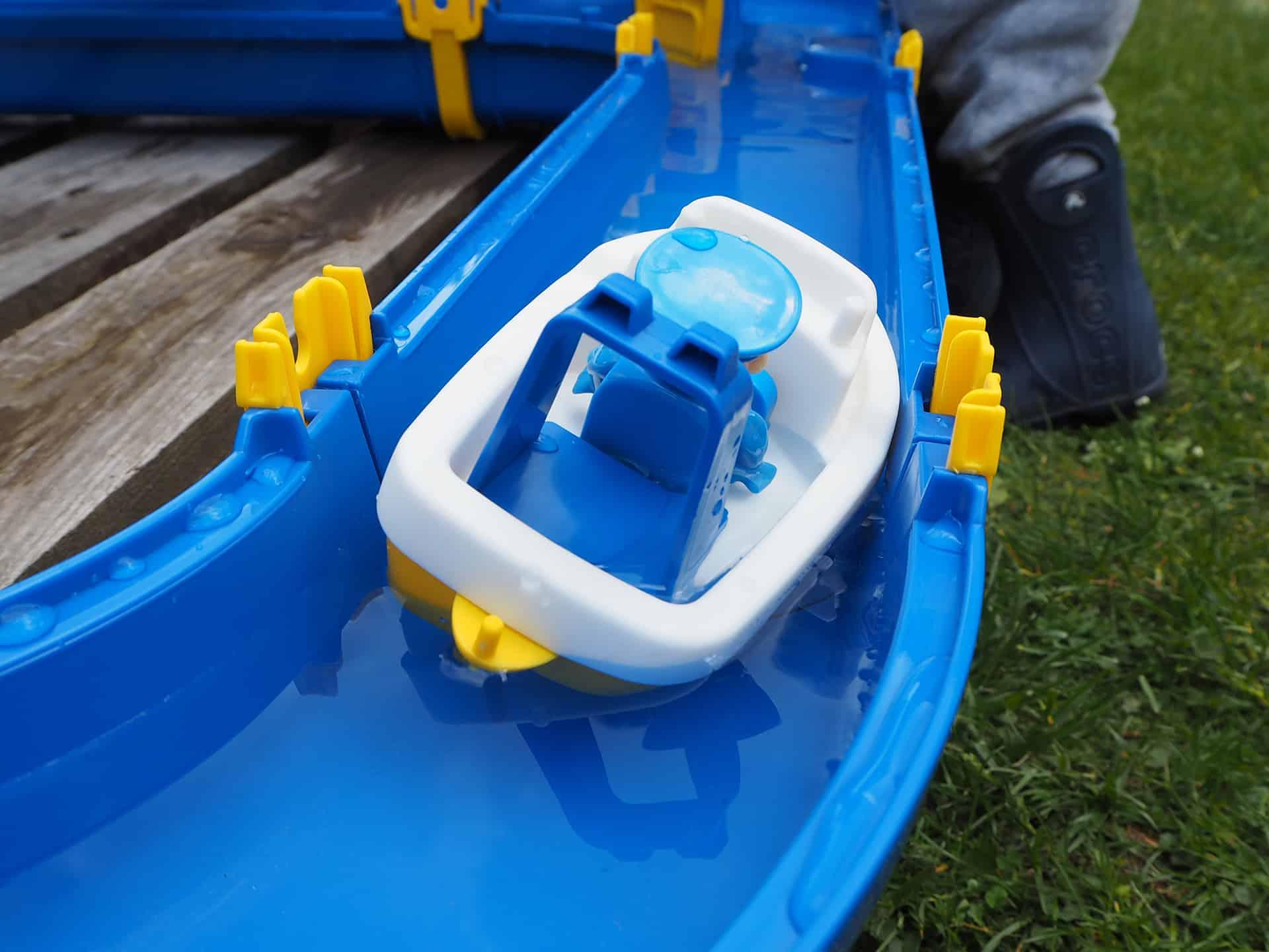 Im Boot sammelt sich schnell Wasser was zum Kentern führt