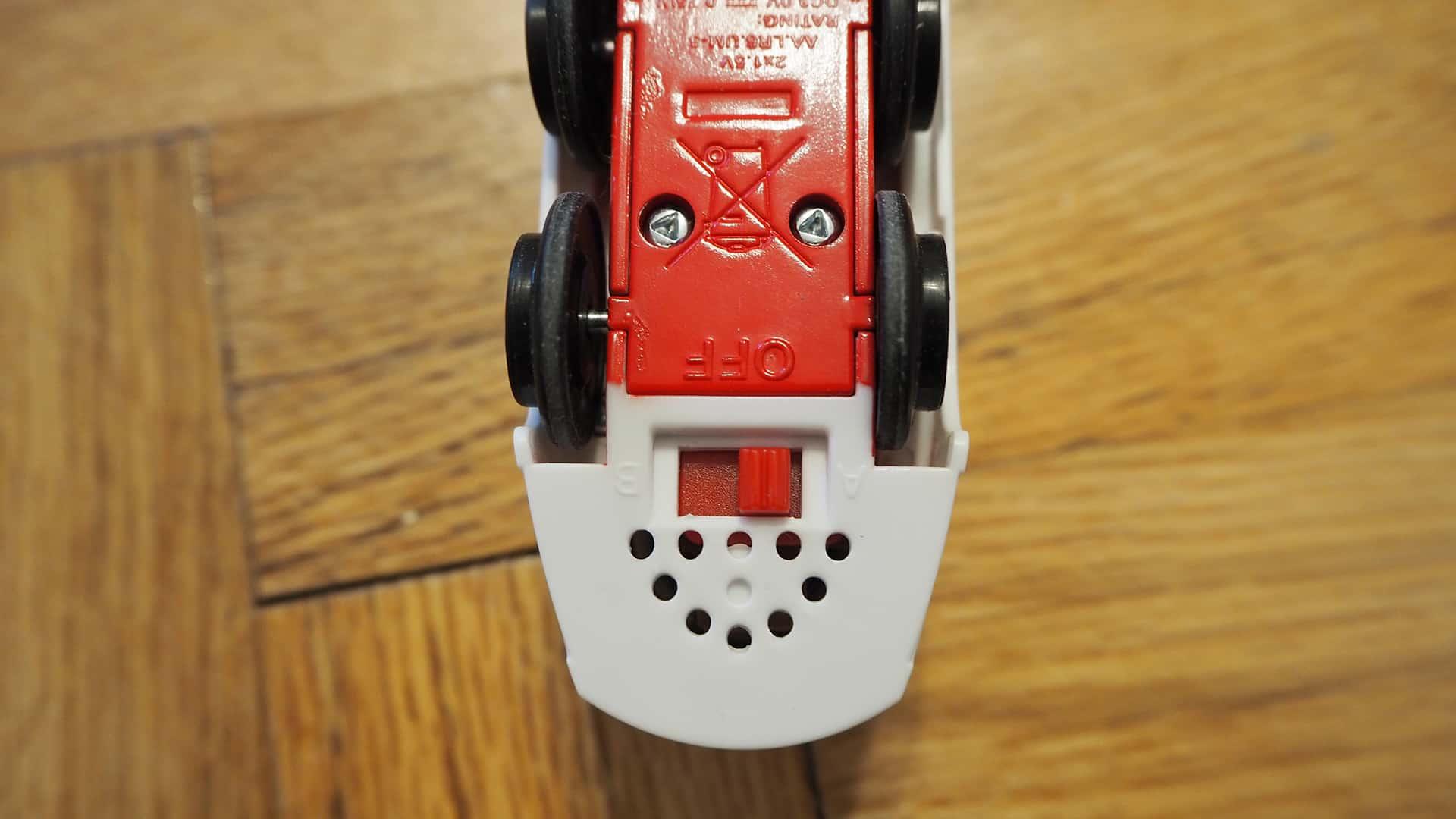 Die Unterseite der BRIO Batterielok mit Sound