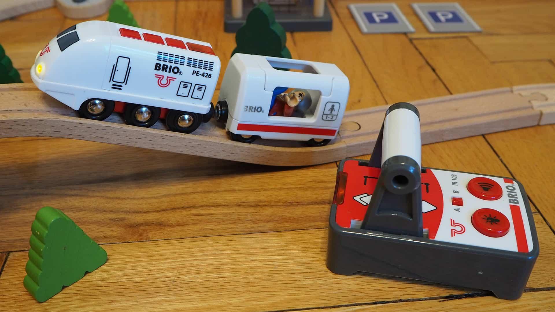 Die Batterielok, eine Figur sowie die Fernbedienung von BRIO
