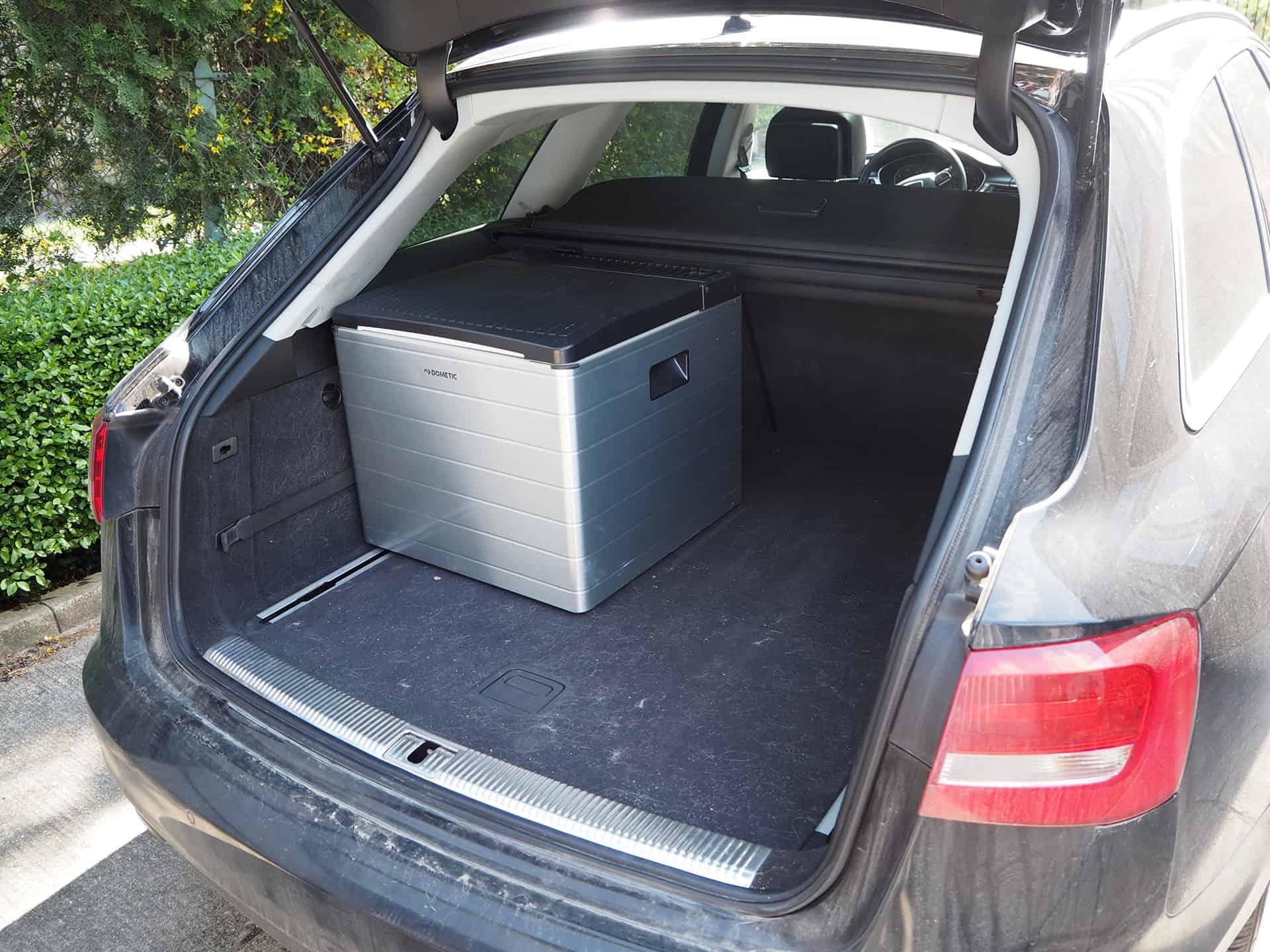 Der Dometic CombiCool RC 2200 Campingkühlschrank im Kofferraum eines Audi A6 Avant