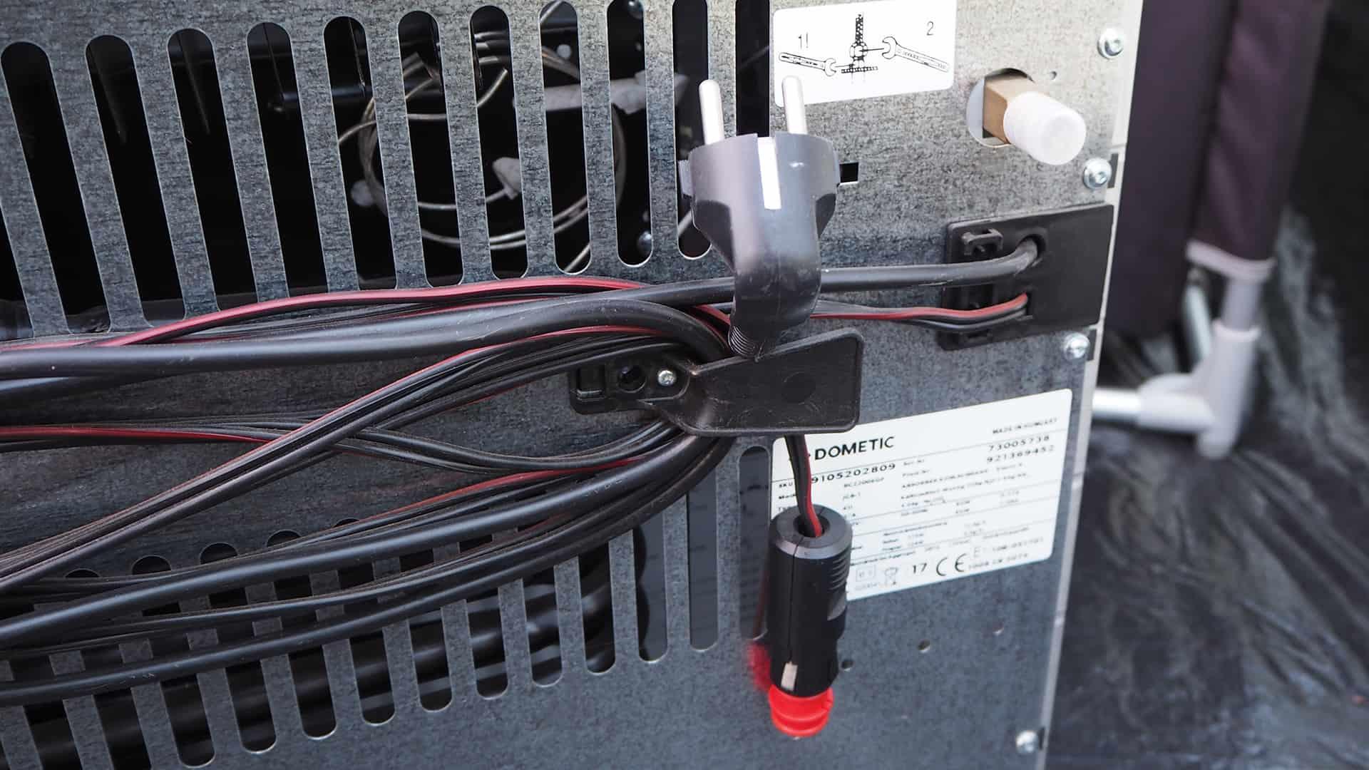 Stromkabel, Gasanschluss sowie der Stecker für den Zigarettenanzünder im Auto