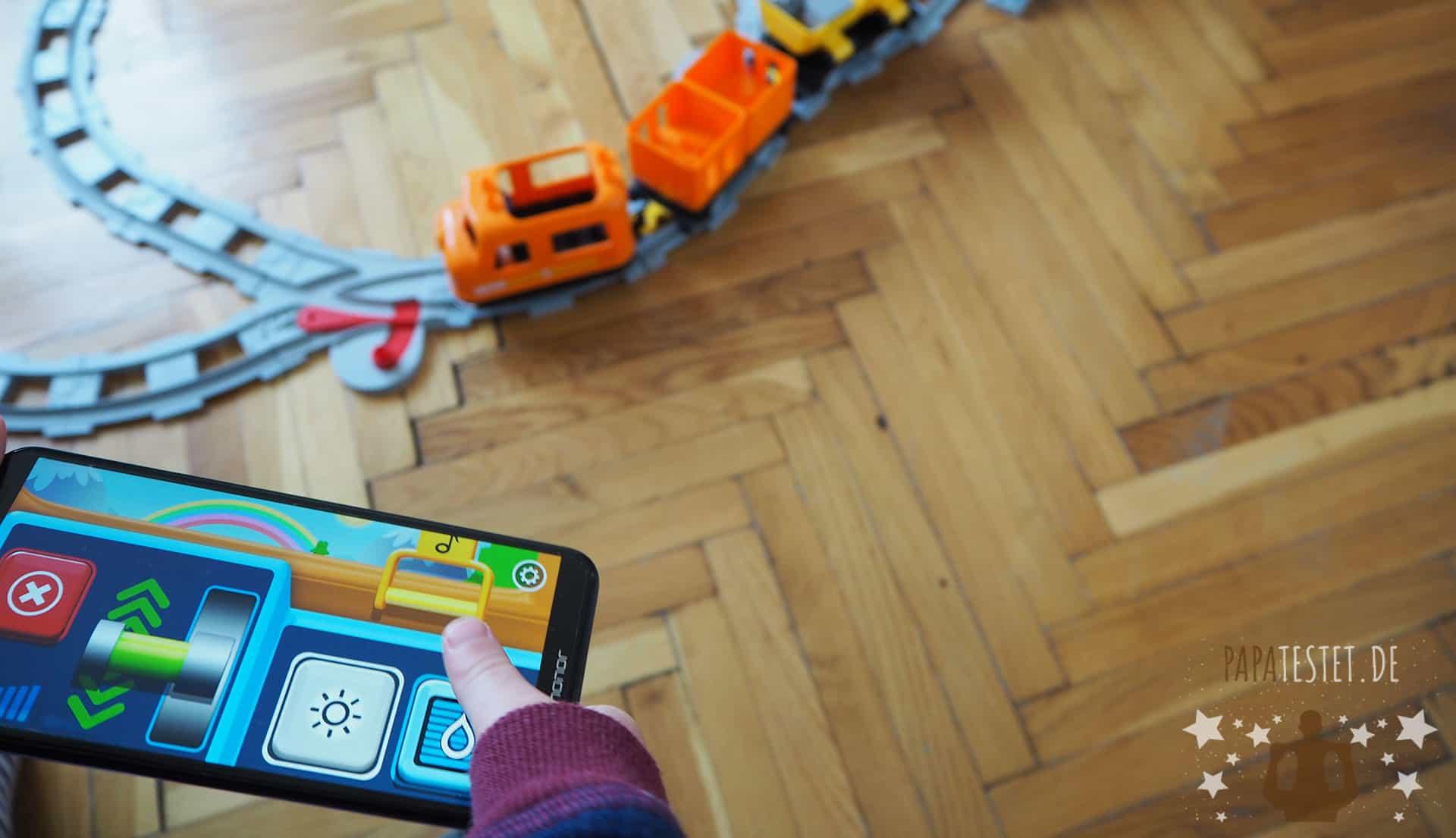 Die Duplo Eisenbahn wird mittels Smartphone gesteuert