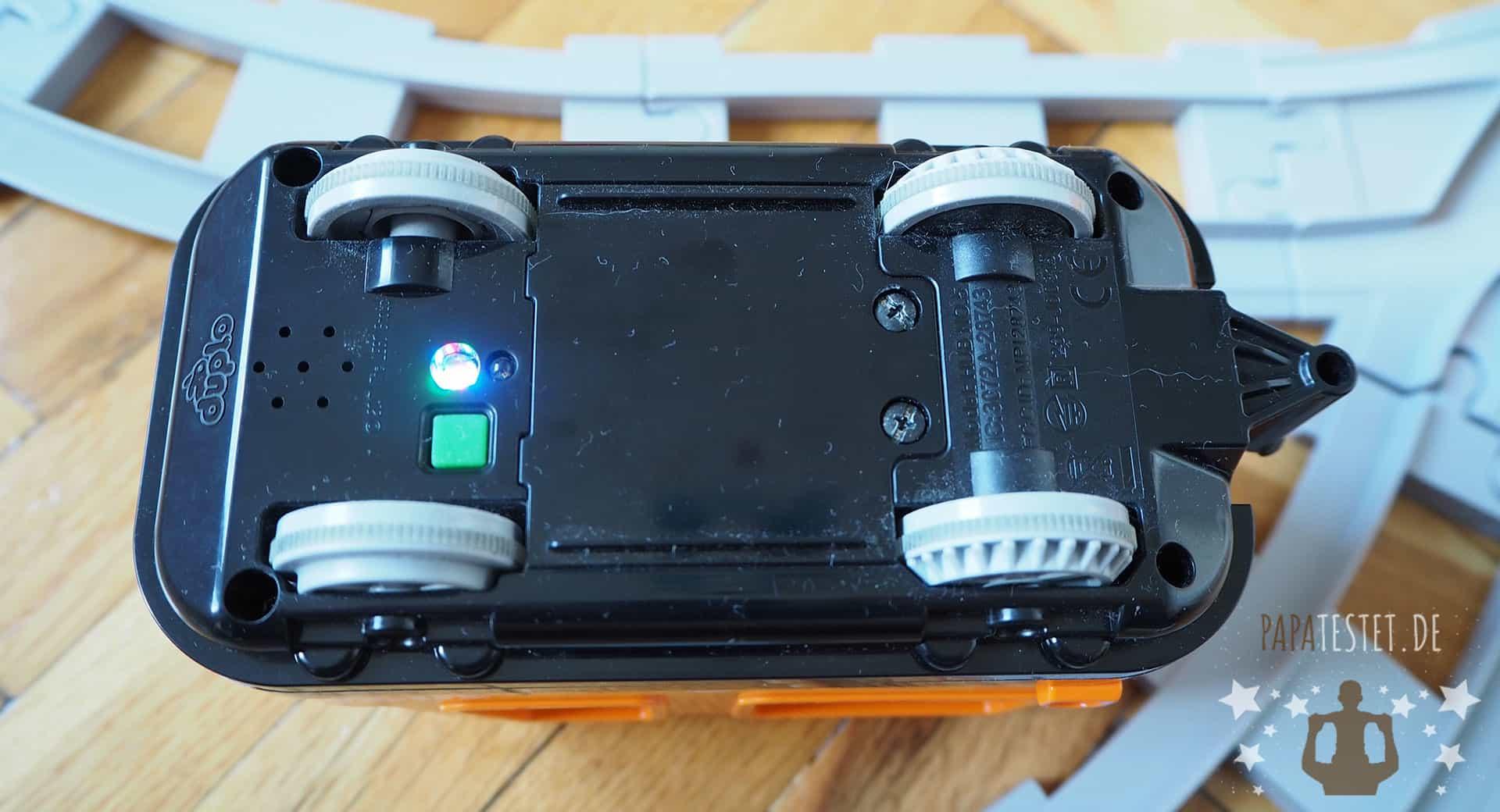 Die Duplo-Lok von unten mit Sensor, Power-Taste und Fach für Batterien
