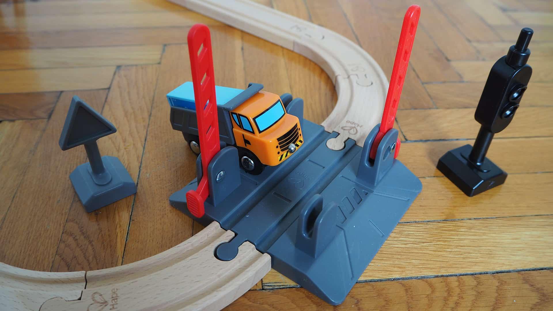 Der Bahnübergang der Hape Holzeisenbahn