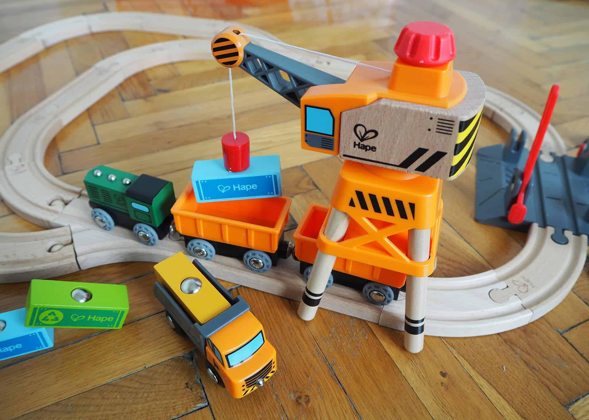Die Eisenbahn von Hape mir Kran, Lastwagen, Container und Lok