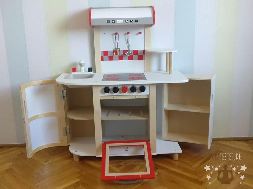 Eine Spielküche bei der die Schränke geöffnet sind und somit mehr Platz benötigt.
