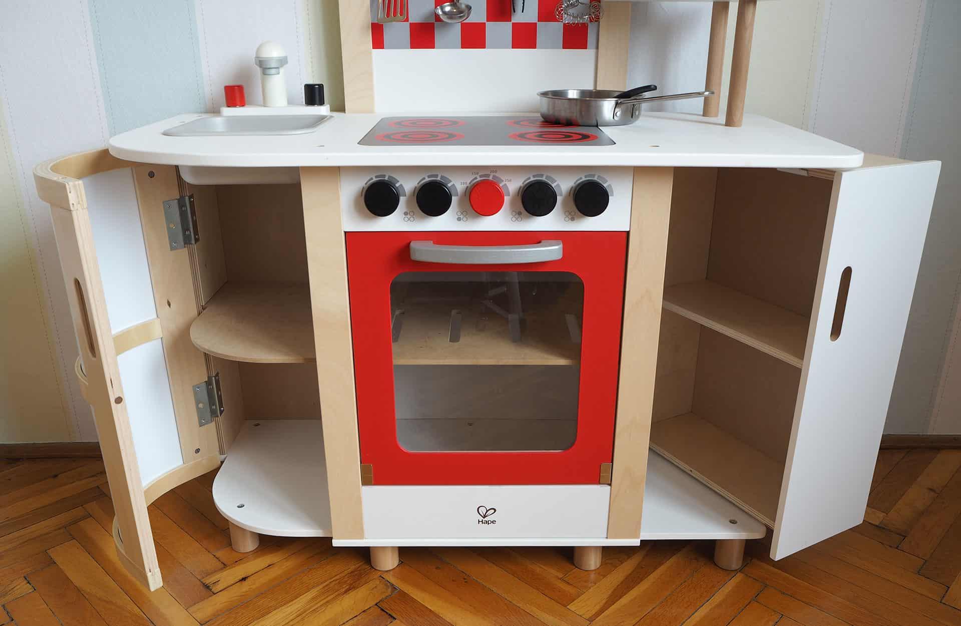 Ein Regal, Backofen und der Kühlschrank der Holzspielküche