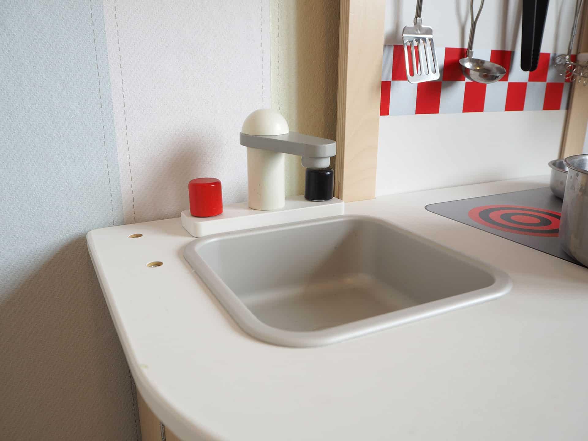 Waschbecken in der Holzspielküche von Hape