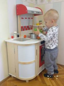 Ab wann eine Kinderküche? Hier mein Sohn mit knapp zwei Jahren.