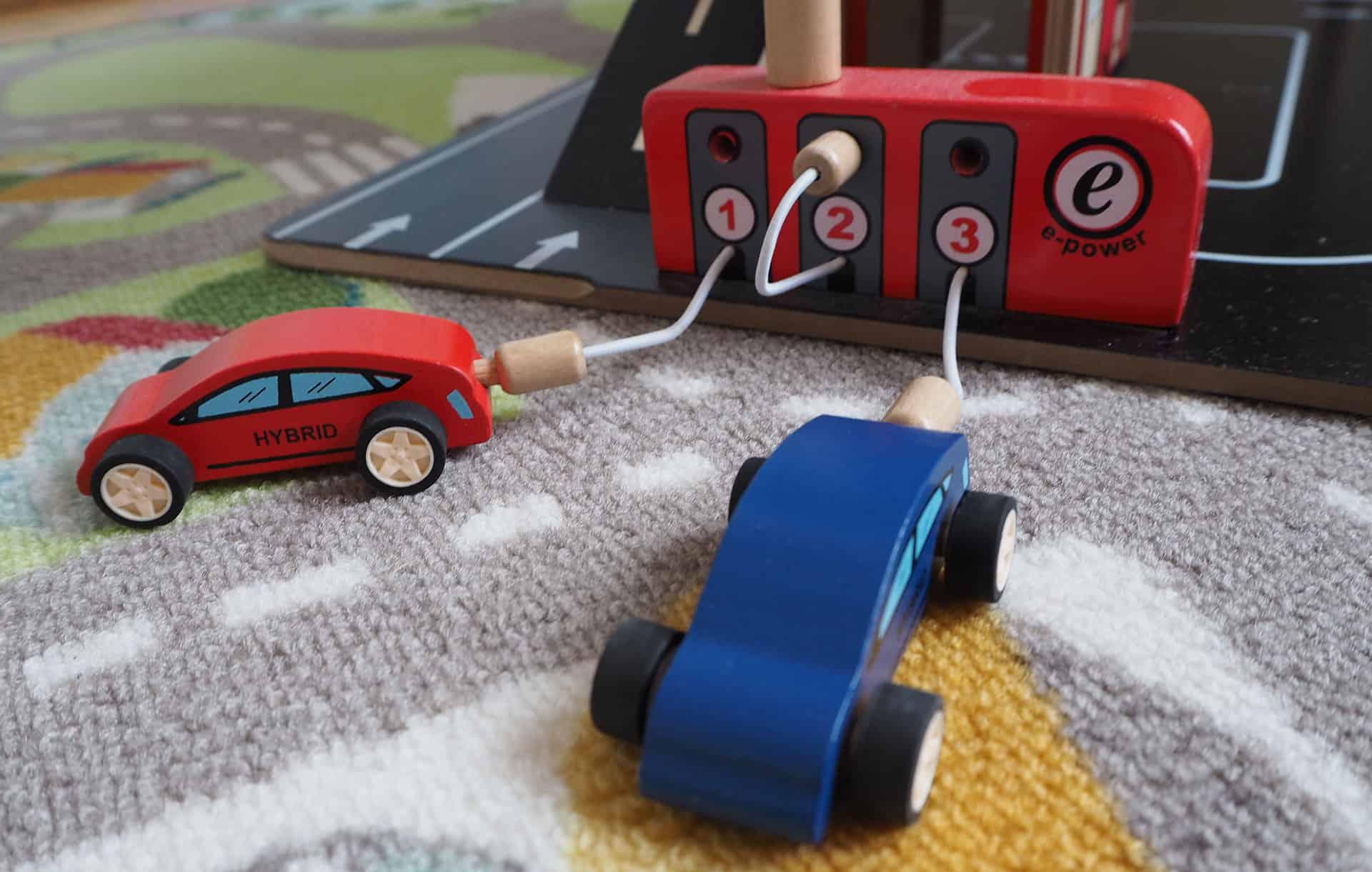Tankstelle mit zwei Autos im Spielzeug Parkhaus von Hape