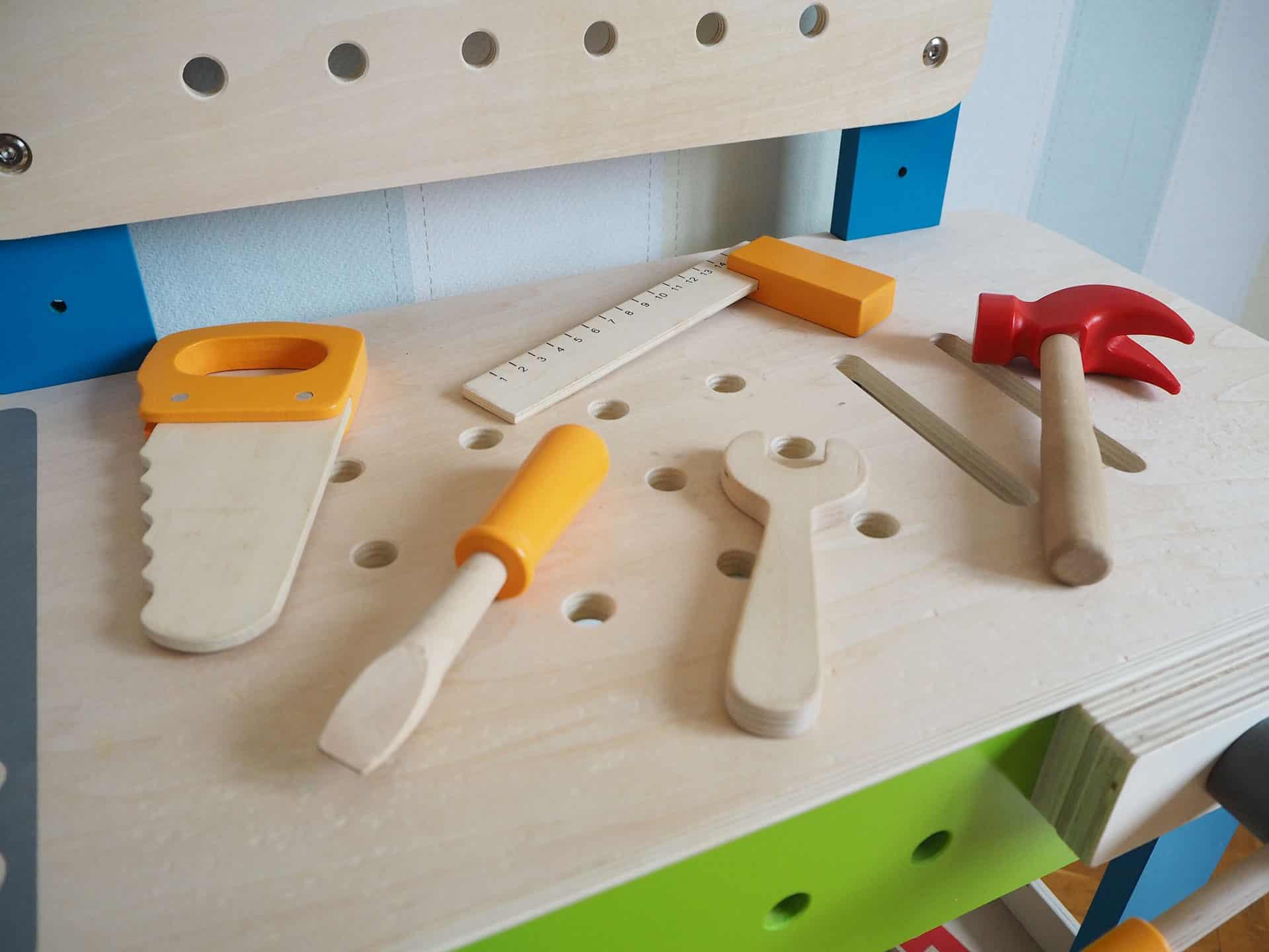 Die Arbeitsplatte mit Werkzeug der Hape Werkbank für Kinder