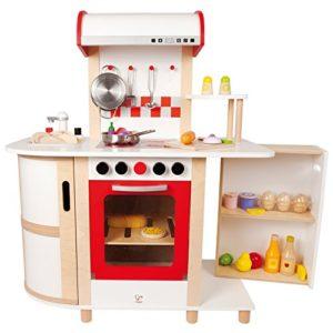Eine weiße Holz-Kinderküche von Hape