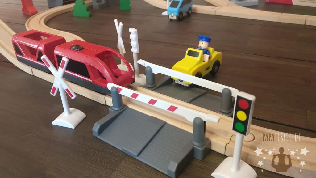 Ein Holzeisenbahn Bahnübergang mit Schranke, Ampel und vieles mehr