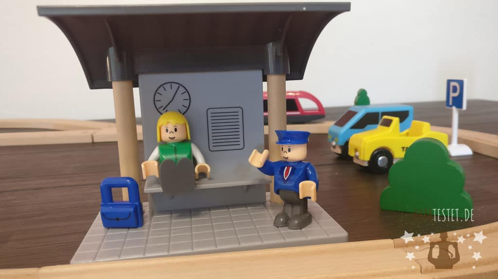 Ein Holzeisenbahn Bahnhof mit Figuren