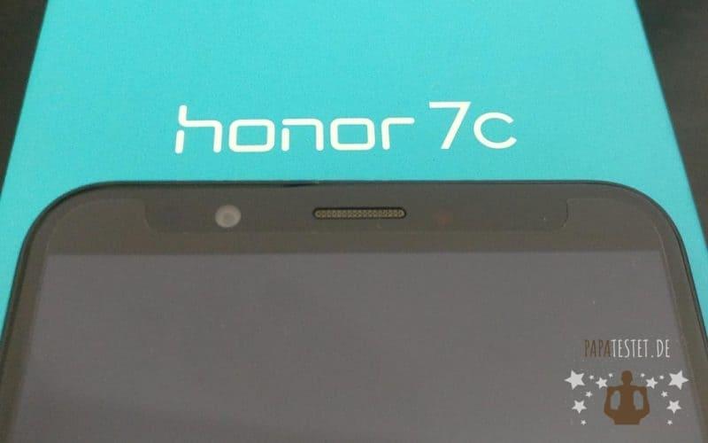 Der Honor 7C Test liegend auf der Verpackung