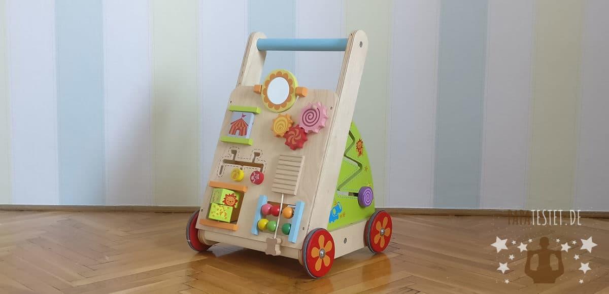 Der I'm Toy Lauflernwagen vor einer Wand im Kinderzimmer