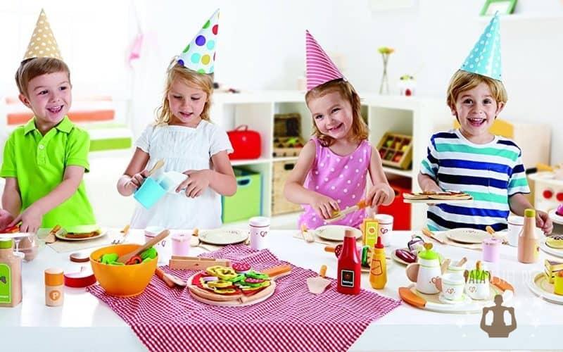 Kinder mit einer großen Auswahl an Kinderküchen Zubehör in der Spielküche