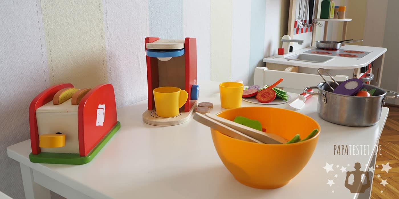 Kinderküchen Zubehör (Toaster, Kaffeemaschine, Rührmaschine) auf einem Tisch