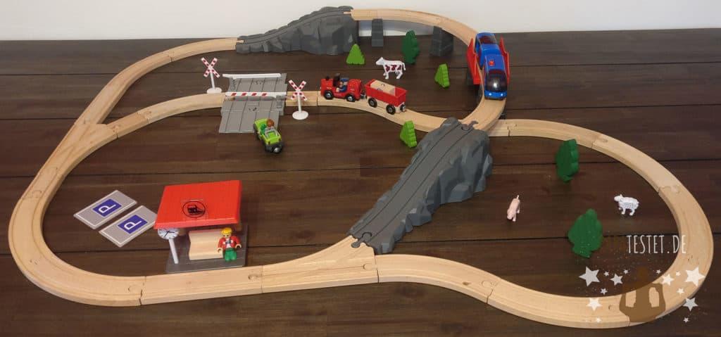 Das Playtive Eisenbahn-Set aufgebaut auf dem Tisch