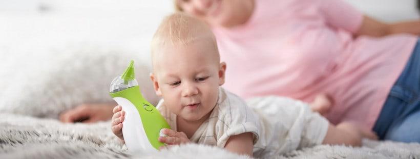 Der Nosiboo Go Nasensauger mit einem Baby