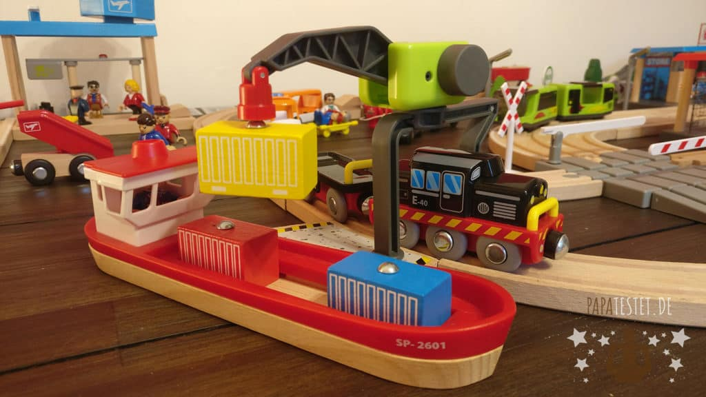 Der Frachthafen mit Schiff und Kran der Lidl Holzeisenbahn
