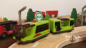 Die batteriebetriebene Straßenbahn der Playtive Eisenbahn