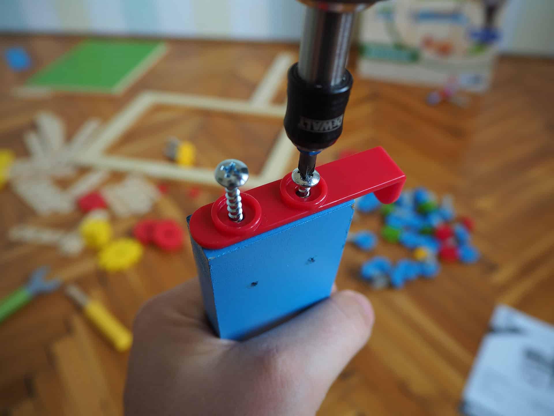 Die PlayTive Werkbank wird nur mit Schrauben zusammengebaut