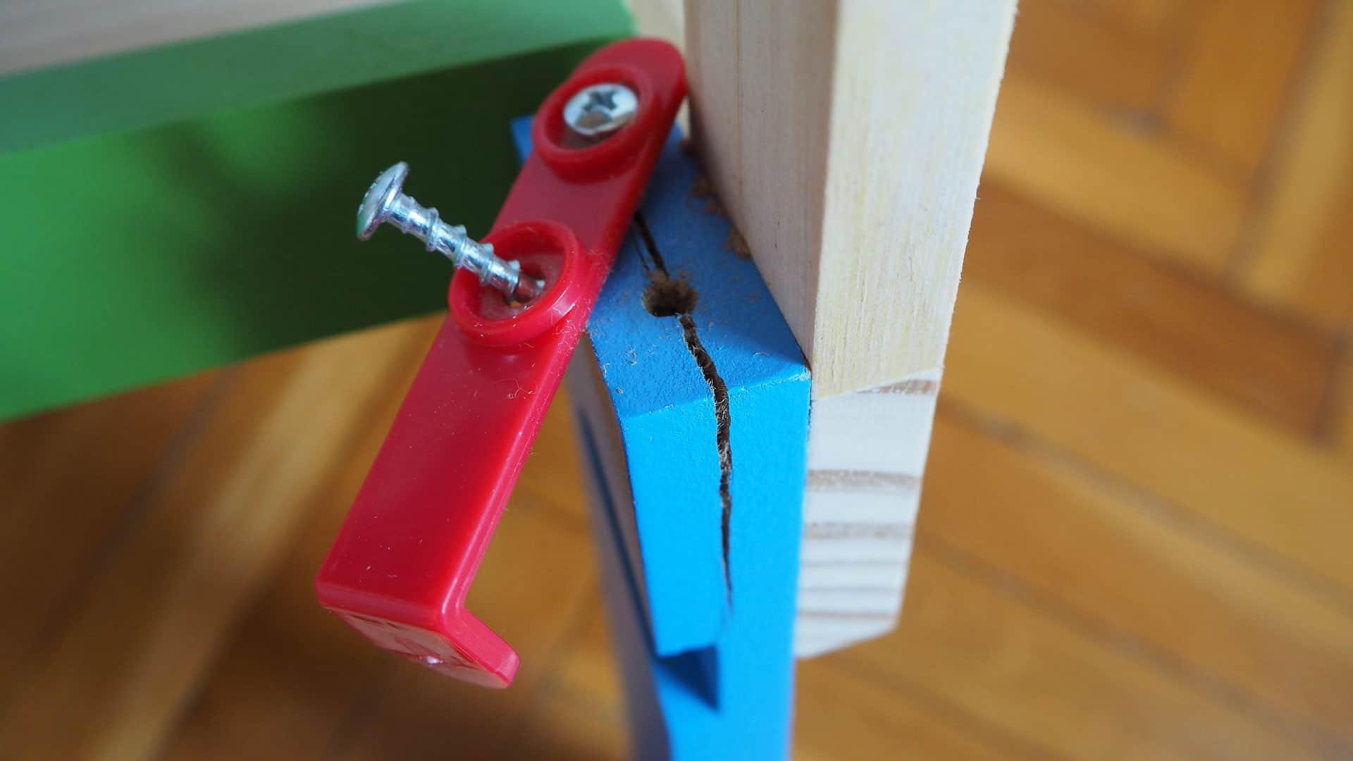 Holz gerissen und die Schrauben halten nicht. DIe Lidl Werkbank