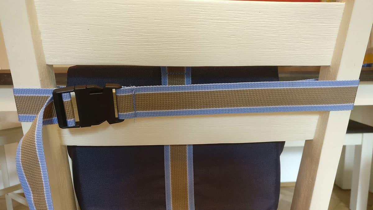 Der Roba Boosterstitz befestigt an der Rückenlehne eines Stuhles